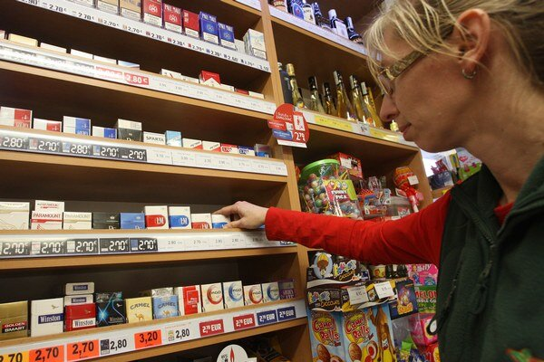 Cigarety majú fajčiarov odstrašiť už pri nákupe. Pribudne na nich výstražný obrázok.