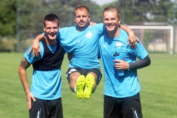 Futbalistom počas tréningu nechýbala dobrá nálada. Zľava Marcel Oravec, Patrik Pavlenda a Juraj Križko.
