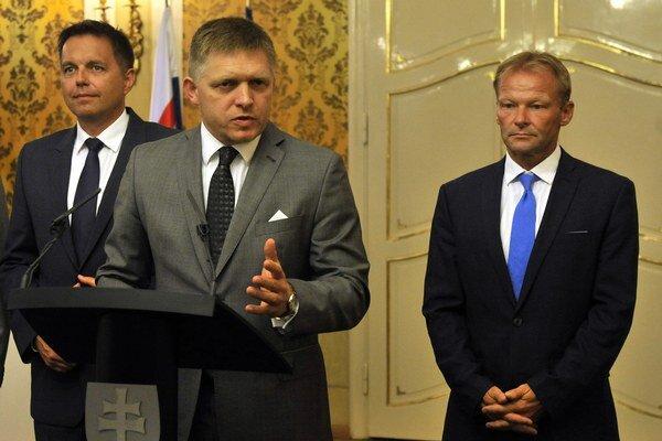 Zľava: Minister financií Peter Kažimír, premiér Robert Fico a minister hospodárstva Vazil Hudák.