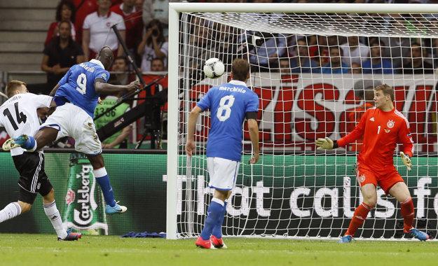 Taliansko sa stretlo s Nemeckom aj v semifinále MS 2012. Na snímke strieľa gól Mario Balotelli (druhý zľava).