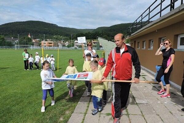 Olympijskú vlajku spolu s deťmi vztýčil predseda futbalového klubu TJ Družstevník Róbert Žember.