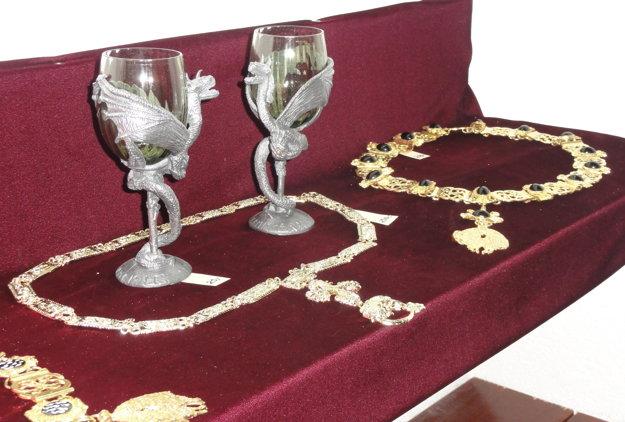 Pozlátené rády, reťaze a cínovo-sklené poháre.