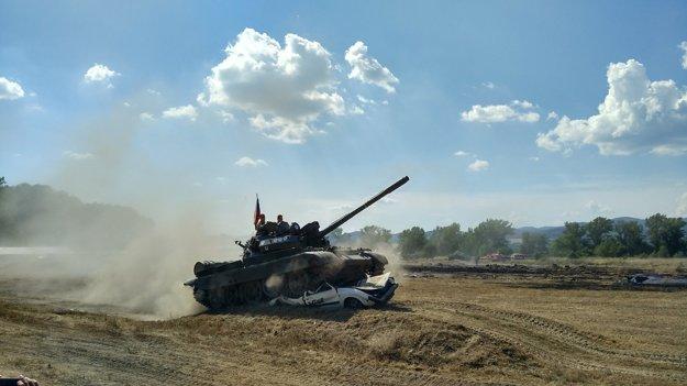 Deštrukcia vozidla viac ako 35 tonovým tankom.
