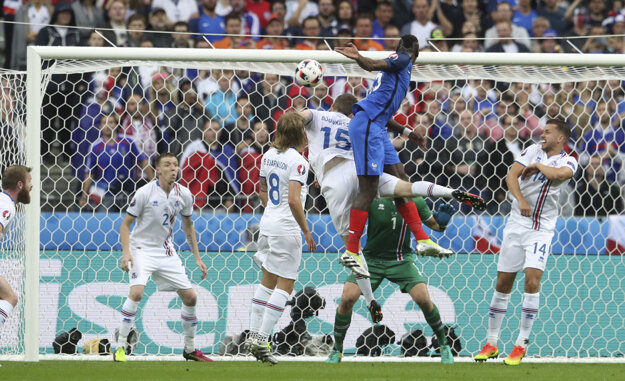 Skvostný výskok Paula Pogbu (v modrom) pri druhom góle Francúzska.