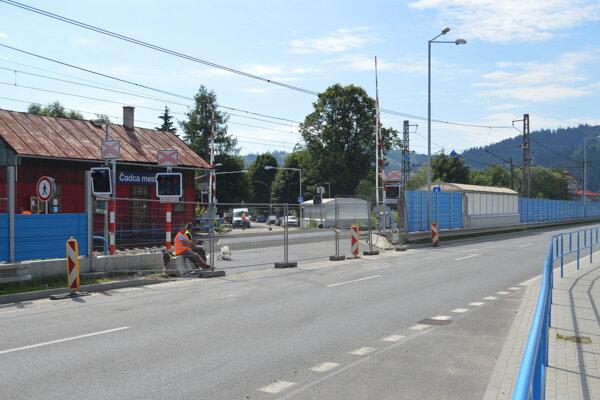 Od 28. júna je na priecestí a priechode pre chodcov v činnosti zvuková a svetelná výstraha doplnená závorami, riadená automaticky jazdou vlakov.
