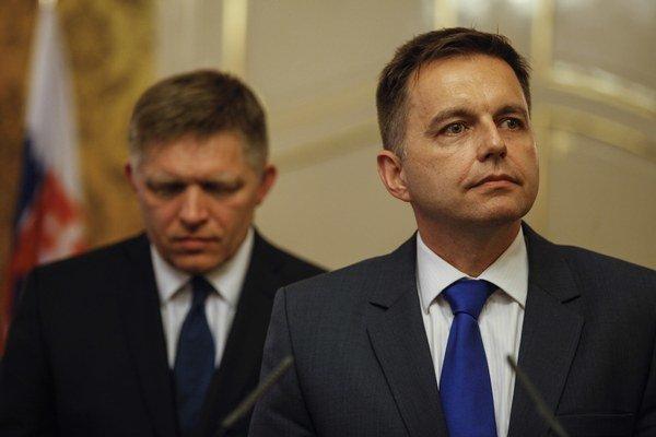 Premiér Robert Fico (vľavo) a minister financií Peter Kažimír.