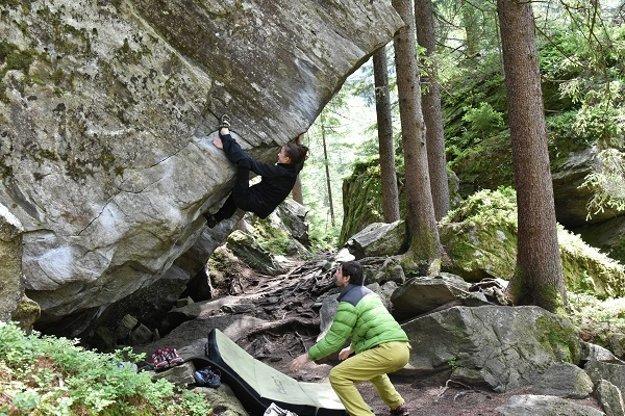 Bouldering Zillertal, Rakúsko, Ginzling Wald. Boudering je lezenie približne do výšky maximálne piatich metrov, padá sa na žinenku, dole vás niekto chytá. Vandu chytá otec.