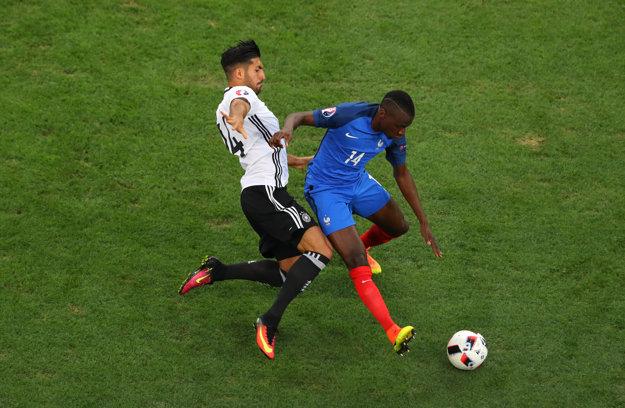 Nemec Emre Can a Francúz Blaise Matuidi v súboji o loptu.