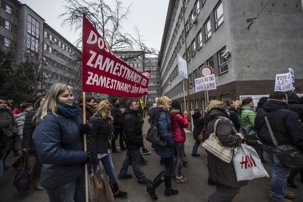 Vo februári boli súdy na celom Slovensku ochromené. Väčšina súdnych úradníkov ostala doma, časť z nich prišla protestovať do Bratislavy.