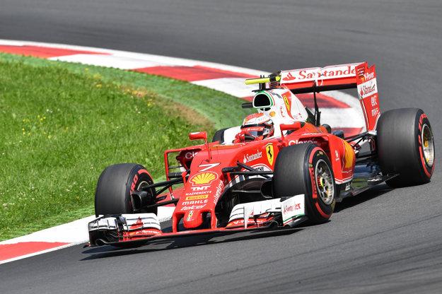 Kimi Räikkönen bude aj naďalej jazdiť vo farbách Ferrari.