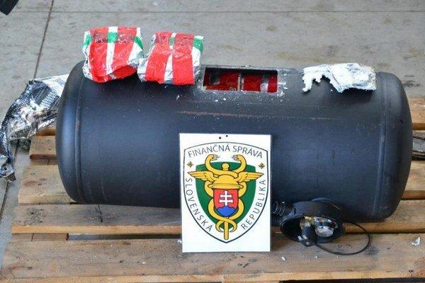 Plynová nádrž. Obsahovala balíčky s marihuanou.