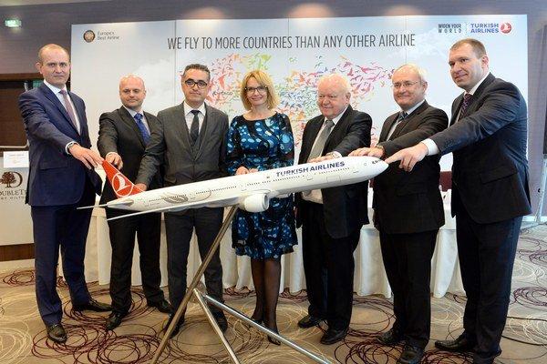 Zľava generálny manažér spoločnosti Turkish Airlines pre Slovensko Levend Arisoy, generálny riaditeľ sekcie civilného letectva a vodnej dopravy na Ministerstve dopravy, výstavby a regionálneho rozvoja SR Mário Németh, viceprezident spoločnosti Tur