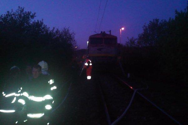 Hasiči pri zásahu na železnici.