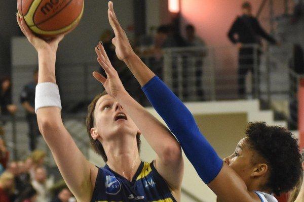 Anna Jurčenková (vľavo). VPiešťanoch zaznamenala 12 bodov.