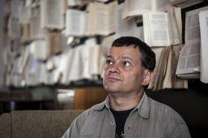 Vladimír Baláž (54) vyštudoval Ekonomickú univerzitu v Bratislave, pôsobí v Prognostickom ústave SAV. Niekoľko rokov pracoval ako vedecký pracovník na univerzitách v Exeteri a Surrey (Veľká Británia). Venuje sa otázkam rozvoja poznatkovej ekonomiky, migrá