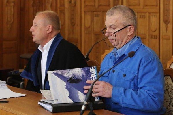 Na snímke vpravo František Matík, vľavo advokát Milan Kuzma, pred pojednávaním na Špecializovanom trestnom súde (ŠTS) v Banskej Bystrici.