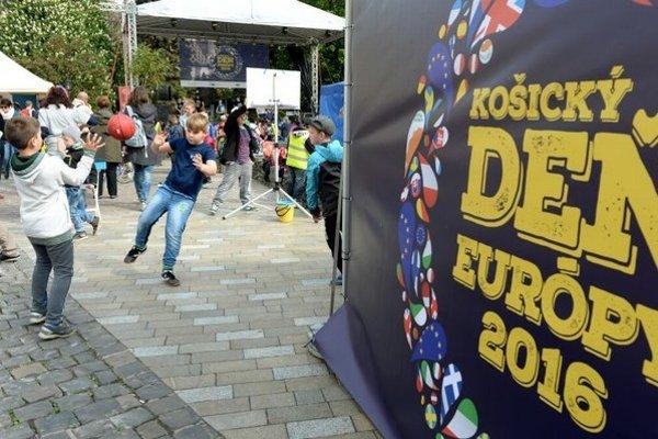 Z osláv Dňa Európy v Košiciach 3. mája 2016. Organizátori podujatia - Informačná kancelária Európskeho parlamentu na Slovensku, Zastúpenie Európskej komisie na Slovensku a mesto Košice, pripravili celodenný program plný zábavy, hudby a interakcie.