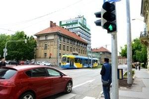 Vodičmi nenávidený semafor. Keď funguje, spomaľuje podľa nich plynulosť premávky.
