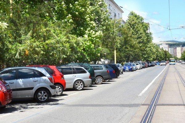 Komenského ulica. Platiť za parkovanie sa bude aj ďalej od Námestia Maratónu mieru.