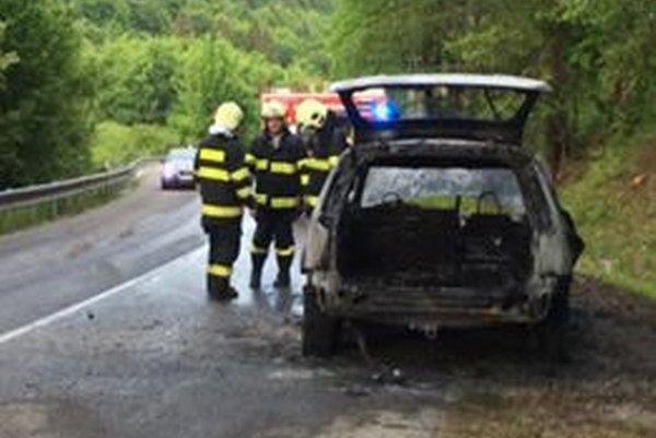 Pri Ružíne sa vznietilo auto. Požiar uhasili hasiči.
