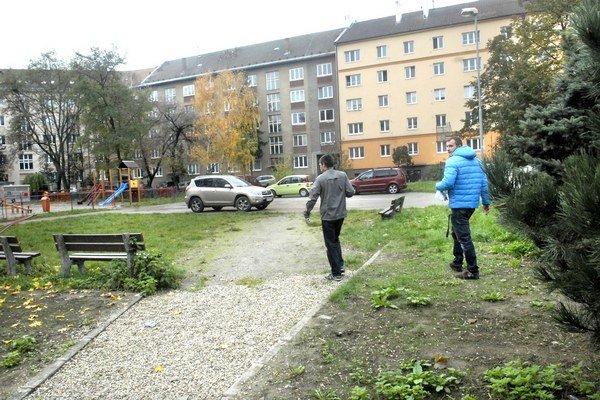 Dvor Zimná – Jilemnického. Ľudia garáže nechceli. Mestskej časti hrozí platiť odškodné.