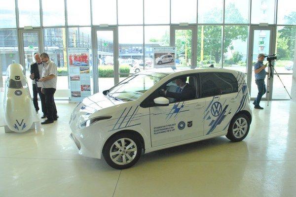 Za odľahčenia karosérie prostredníctvom moderných ultraľahkých materiálov na  Volkswagene E-UP získala košická strojnícka fakulta prestížne ocenenie.