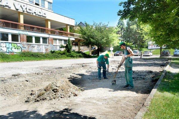 Parkovisko pri poliklinike. Namiesto výtlkov kvalitnejší asfalt a možno aj pár nových miest.