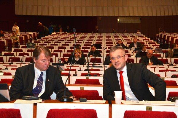 Ľubomír Grega (vľavo) a Miroslav Špak (vpravo). Poslanec pokračuje v poslaneckej lavici ako nezávislý.