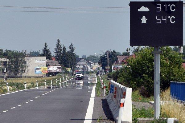 Teploty kvária aj vodičov vZemplíne. Cesta E50 pri obci Hriadky vokrese Trebišov.