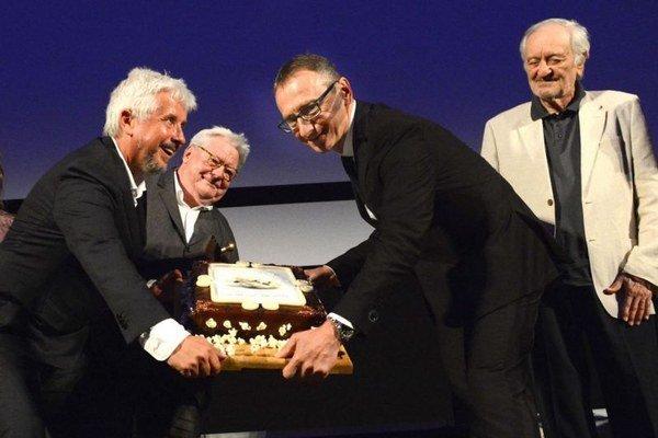 Vzadu režisér Alan Parker, v popredí generálny manažér festivalu Rudolf Biermann a riaditeľ festivalu Peter Nágel. Za nimi prezident festivalu Art Film Fest Milan Lasica.
