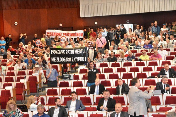 Protest na zastupiteľstve. Na rokovanie mestských poslancov prišlo 13. júna okolo tisíc ľudí, nespokojných s rozšírením zóny plateného parkovania.