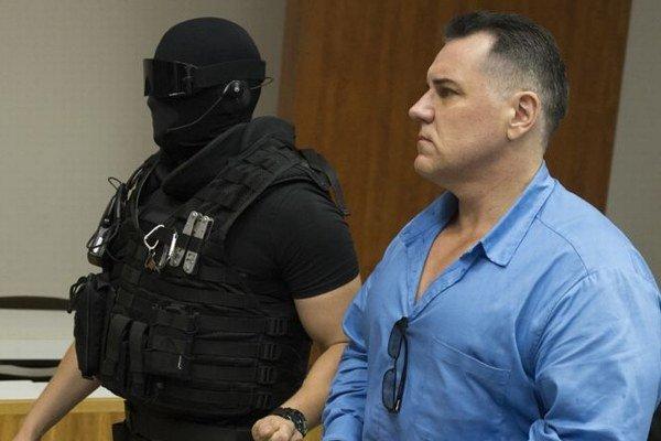 Mikuláš Černák prišiel na súdne pojednávanie v sprievode justičnej stráže.