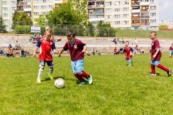Bojovali ako odušu. Malí futbalisti boli odmenení za svoje snaženie zlatými medailami.
