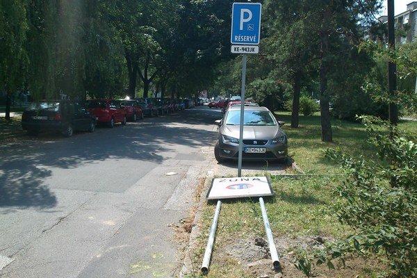 Zvalená značka. Podali si ju pri vjazde do spoplatnenej zóny na Tatranskej ulici.