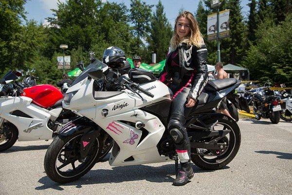 """Andrea Bochňová. Prešovčanka prišla na zraz s priateľom a prezradila nám, že svoju šesťročnú Kawasaki, ktorú """"vytuningovala"""" najviac na 180 km/hod, chce po tejto sezóne predať."""