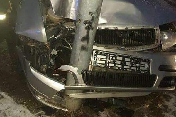 Nehoda na Južnej triede. Auto skončilo v semafore.