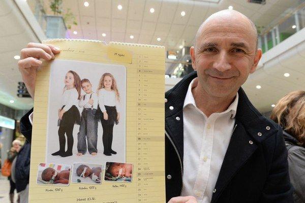 Na snímke autor fotografií a odborný garant projektu prednosta Kliniky neonatológie LF UPJŠ a DFN v Košiciach Peter Krcho s kalendárom.