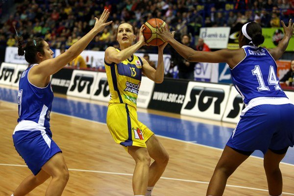 Pod euroligovými košmi hrala naposledy v roku 2014. Lucia Kupčíková (v strede) v Schiu opäť okúsila najprestížnejšiu súťaž.