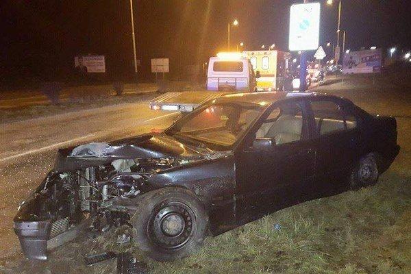 Po náraze. Vodič mal obrovské šťastie, auto je súce do šrotu.