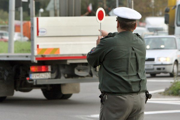 Policajti. Okrem nich vodičov budú kontrolovať aj automatické zariadenia.