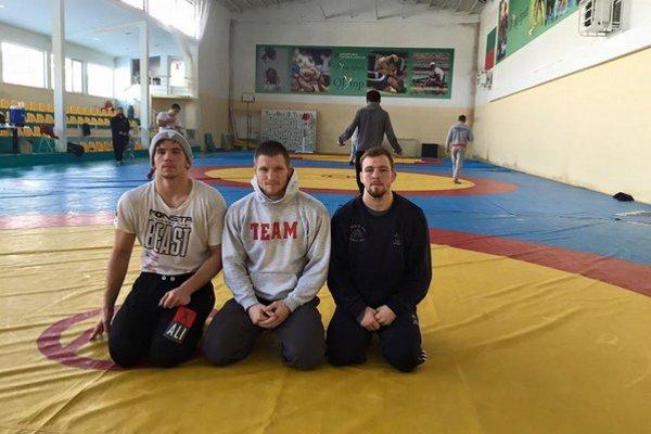 Na turnaji v Sofii. Košické trio, Gabriel Tysz, Michael Bodnár aJakub Sciranka, vtréningovej hale.