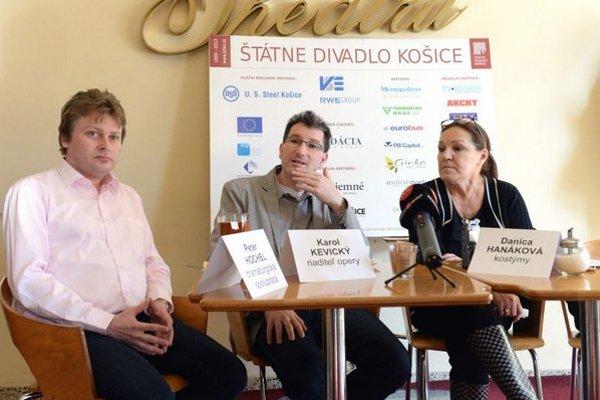 Na snímke zľava dramaturg Peter Hochel, riaditeľ opery ŠD Karol Kevický a kostýmová výtvarníčka Danica Hanáková.