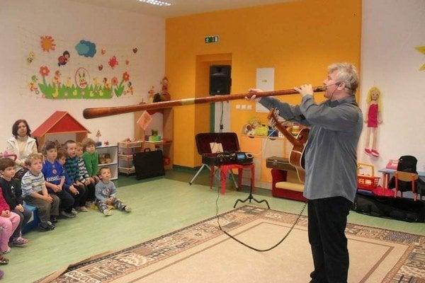 Janko Hrubovčák deťom ukáže zaujímavé nástroje.