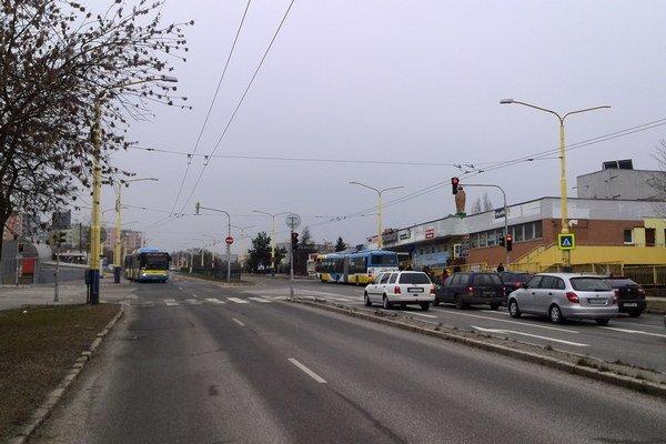 Križovatka pri OC Ondava. Rozbehnutí vodiči tam museli zbytočne brzdiť a stáť.
