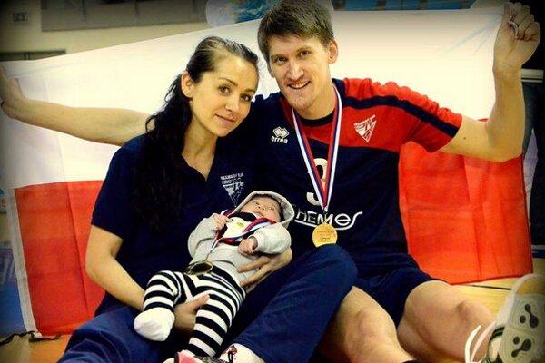 Kompletná rodinka. Aj dcérka Nataša je už od malička vo volejbalovom prostredí.
