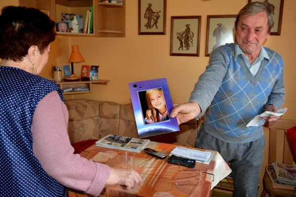 Zdrvení starí rodičia s fotografiou Mišky.