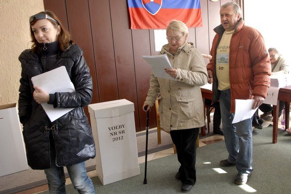Voľby 2012. Aj vtedy sme si vyberali jeden hlasovací lístok a na ňom krúžkovali štyroch obľúbencov.