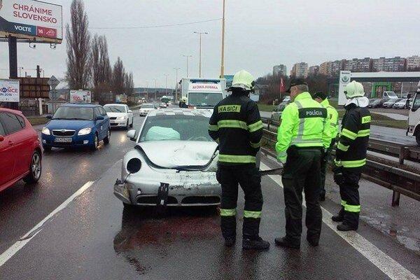 Po nehode. Volkswagen mal zničenú prednú časť, seat kufor.