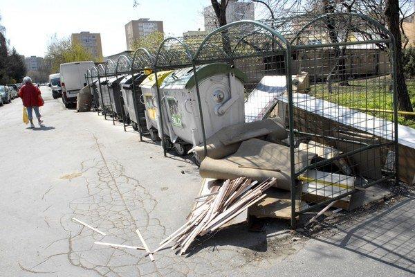 Neporiadok. Drobný stavebný odpad patrí na zberný dvor. Platí sa zaň.