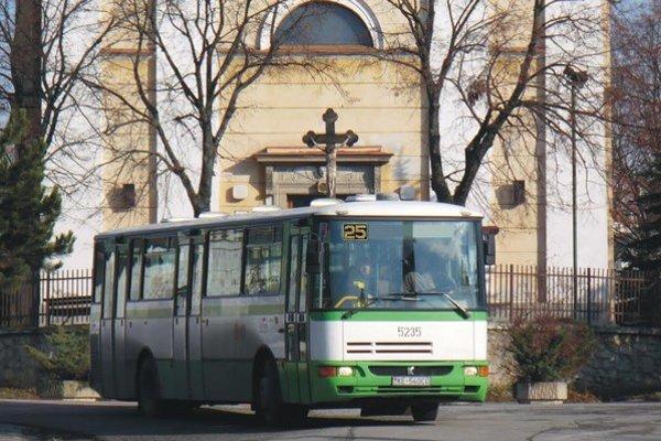 Objednaný autobus. Deti má voziť jednu zastávku.